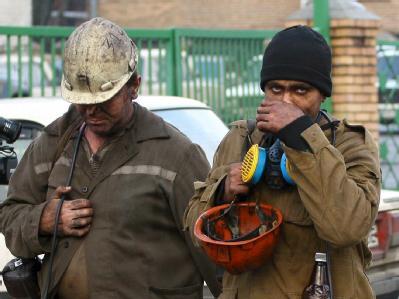 Erschöpfte Rettungskräfte nach einem Einsatz bei einem Grubenunglück in der Ukraine. (Archivbild)