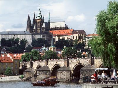 Blick über die Moldau auf die Prager Karlsbrücke und den Hradschin mit der Prager Burg.