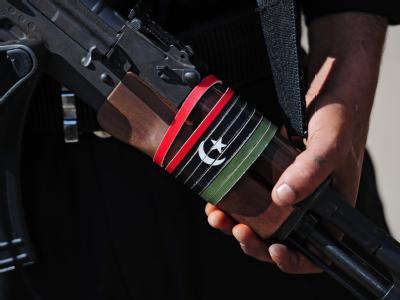 Eine mit der libyschen Flagge verzierte Kalaschnikow.