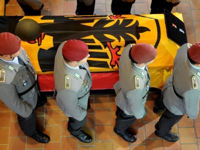 Soldaten der Bundeswehr bei einem Trauergottesdienst neben dem Sarg eines in Afghanistan gefallenen Kameraden. (Archivbild)