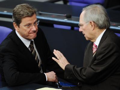 FDP-Chef Guido Westerwelle diskutiert mit Bundesfinanzminister Wolfgang Schäuble. (Archivbild).