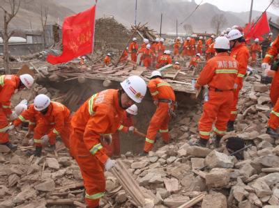 Rettungskräfte suchen in den Trümmern nach Verschütteten.