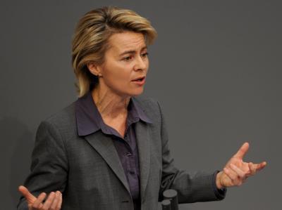 Bundesarbeitsministerin Ursula von der Leyen (CDU) im Bundestag in Berlin am Rednerpult.