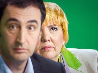 Die beiden Bundesvorsitzenden der Grünen, Claudia Roth und Cem Özdemir. Die Grünen büßen sie zum dritten Mal in Folge einen Punkt ein.