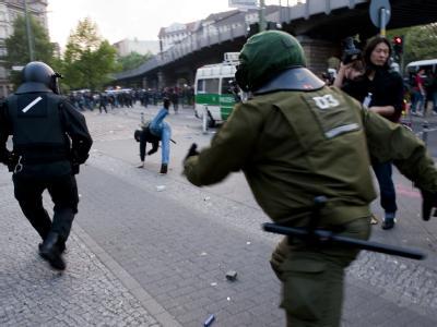 Polizisten verfolgen bei den Demonstrationen zum 1. Mai dieses Jahres in Berlin einen Störer.
