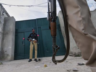 Pakistanische Polizisten vor dem Anwesen des getöteten Terrorführers Bin Laden.