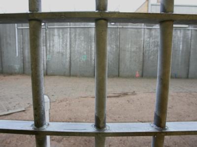 Blick aus dem Fenster einer Gefängniszelle (Symbolbild). In Teheran wurde ein israelischer Spion hingerichtet.