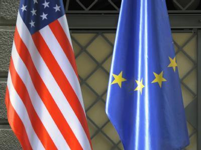 Die Flaggen der USA und der Europäischen Union.