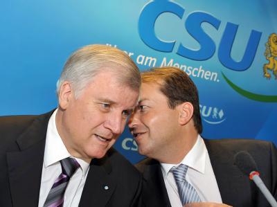 CSU-Parteichef Seehofer (l) und Partei-Generalsekretär Alexander Dobrindt sprechen sich ab. (Archivbild)