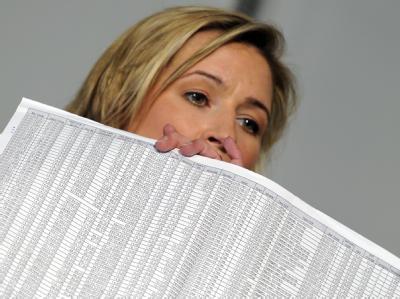 Claudia Pechstein zeigt ein Dokument der Beweisführung mit all ihren Daten.