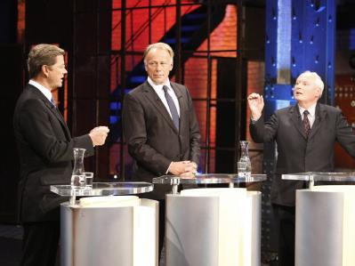 FDP-Chef Westerwelle (L), Jürgen Trittin von den Grünen und Oskar Lafontaine während der TV-Debatte. Foto: WDR/Herby Sachs