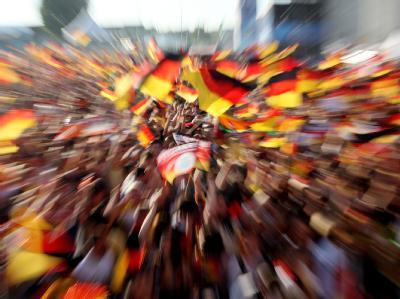 Deutsche Fans jubeln auf dem Fanfest in Hamburg.