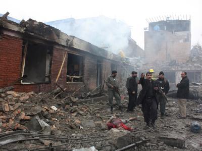 Afghanische Sicherheitskräfte inspizieren das durch einen Anschlag zerstörte Hotel in Kabul.