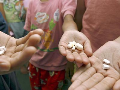 Aids-infizierte Kinder mit Medikamenten