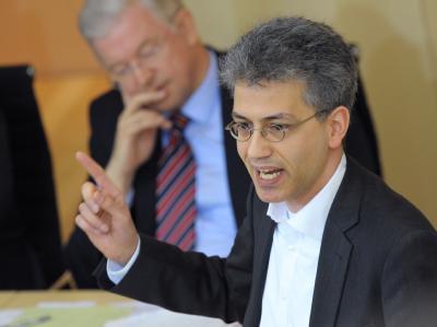 Hessens Grünen-Chef Tarek Al-Wazir (r.) fordert von seiner Partei Offenheit für neue Bündnisse. Die Union, hier Ministerpräsident Roland Koch (CDU), dürfte nichts dagegen haben.