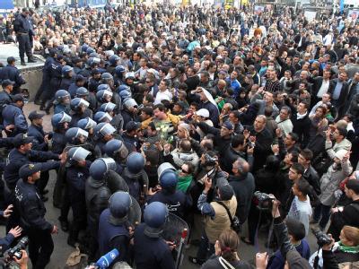 Regierungsgegner und Polizei stoßen bei einer Demonstration in Algiers aufeinander. (Archivbild vom 19.2.2011) Jetzt hat Algerien den 1992 verhängten Ausnahmezustand aufgehoben.