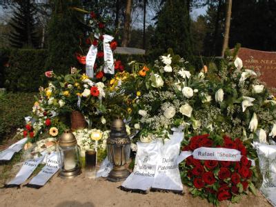 Blick auf das Grab eines in der Türkei mit Methanol vergifteten Schülers (Archivbild). Der Prozess gegen die mutmaßlichen Alkoholpanscher läuft im türkischen Antalya.