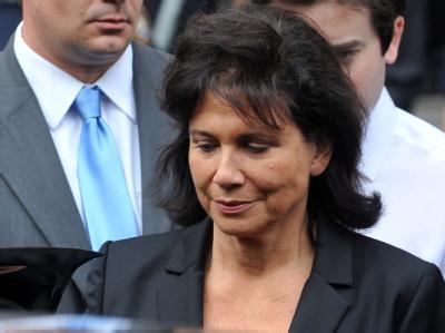 Die Ehefrau von Dominique Strauss-Kahn, Anne Sinclair, steht unbeirrt an der Seite ihres Mannes.