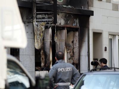 Unbekannte schleuderten mehrere Brandsätze in die Wohnung im Erdgeschoss.