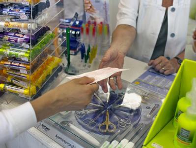Pharmafirmen hebeln den am 1. August wirksam gewordenen Zwangsrabatt von 16 Prozent auf patentgeschützte Arzneien durch Ausnutzung einer Gesetzeslücke aus.
