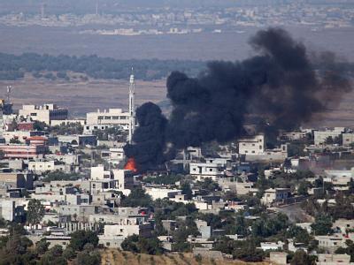 Feuer und Rauch über der syrische Stadt Jbatha Al-khashab, in der Nähe von Damaskus, nach einen Artillerieangriff. Foto: Atef Safadi / Archiv