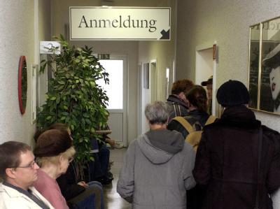 Dicht gedrängt warten Patienten in einer Arztpraxis in Frankfurt (Oder) auf ihre Untersuchung.