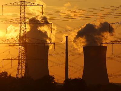 Die Kühltürme des Atomkraftwerks Grafenrheinfeld in Unterfranken vor der untergehenden Sonne.