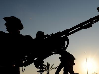Libyscher Aufständischer mit einem Maschinengewehr in Bengasi.
