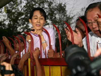Tausende begrüßten Aung San Suu Kyi nach ihrer Entlassung aus dem jahrelangen Hausarrest.