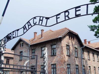 Schriftzug an NS-Gedenkstätte Auschwitz