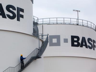 Der weltgrößte Chemiekonzern BASF spürt die Auswirkungen der Schuldenkrise bei Absatz und Umsatz in Europa. Foto: Patrick Pleul/Archiv