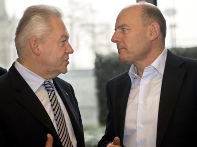 Der Vorsitzende des Bundestags-Verkehrsausschusses, Winfried  Hermann (Grüne), fordert von Bahnchef Rüdiger Grube (L) besseres Training für die Mitarbeiter. (Archivbild)