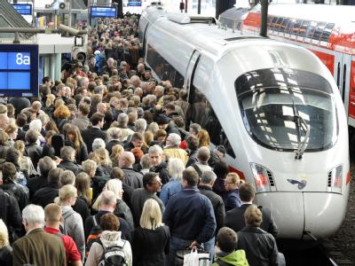 Überfüllter Bahnsteig (Symbolbild): Mit Gutscheinen über 25 Euro hat die Bahn viele Fahrgäste aus einem überfüllten IC-Zug in Münster gelockt