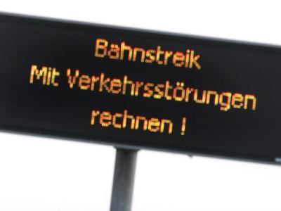 Wegen Warnstreiks im Tarifkonflikt der deutschen Bahnbranche müssen sich Pendler auf Verkehrsbehinderungen einstellen. (Archivbild)