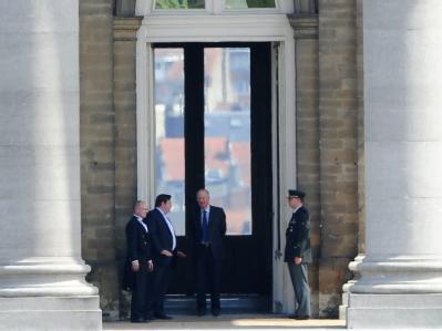 Am Tag nach der Wahl traf Belgiens König Albert II. (2. von rechts) den Sieger Bart De Wever von der Neu-Flämischen Allianz (2. von links).