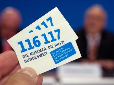 «116 117» - Diese neue ärztliche Bereitschaftsdienstnummer ist für Beschwerden vorgesehen, die nicht lebensbedrohlich sind und mit denen Patienten sonst in die Sprechstunde gehen würden. Foto: Tim Brakemeier