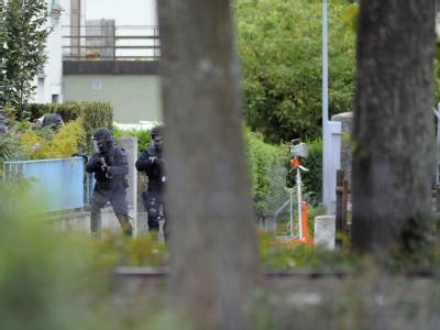 Schwer bewaffnete Spezialeinheiten gingen am 9. September 2010 in Biel in der Schweiz in Stellung. Der 67-Jährige, der bei einem Schusswechsel einen Polizisten schwer verletzte, ist nun seit Freitag verschwunden.