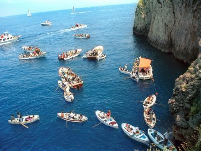 Jetzt können sich die Touristenboote wieder aufreihen: Capris weltbekannte Blaue Grotte ist für Besucher wieder offen.