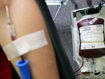 Angesichts des hohen Bedarfs an Blutkonserven und Blutplasma wegen der zahlreichen EHEC-Erkrankungen haben erste Krankenkassen zum Blutspenden aufgerufen.