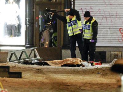 Die Polizei untersucht die Leiche des Selbstmordattentäters in Stockholm.