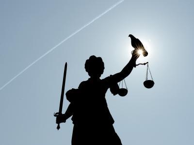 Wer sich in einem Zivilprozess vor Gericht streitet, kann die Kosten künftig als außergewöhnliche Belastung von der Steuer absetzen.