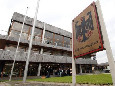 Nach dem Grundgesetz soll der Bundestag bei Entscheidungen in EU-Fragen mitwirken. Die Grünen sind deshalb vor das Bundesverfassungsgericht gezogen: Sie wollen besser informiert werden.