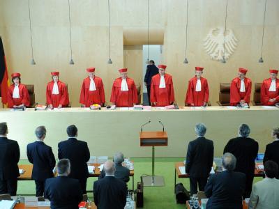 Der Zweite Senat des Bundesverfassungsgerichts eröffnet die Verhandlung über die Eilanträge gegen den Euro-Rettungsschirm ESM und den europäischen Fiskalpakt. Foto: Uli Deck