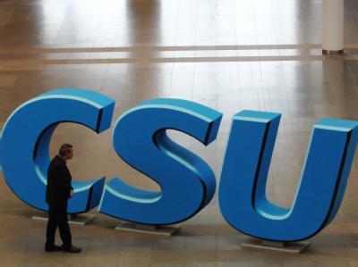 Logo der CSU: Keinen ihrer Spitzenpolitiker liebt die CSU-Basis so wie Karl-Theodor zu Guttenberg. Das zu jeder Liebesbeziehung gehörende Vertrauen hat Schaden genommen.