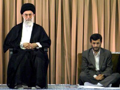 Ajatollah Ali Chamenei steht zu seinem Präsidenten Mahmud Ahmadinedschad. (Archivbild)