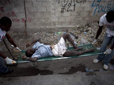 Ein Kranker wird von Medizinern von Ärzte ohne Grenzen in Port-au-Prince versorgt.