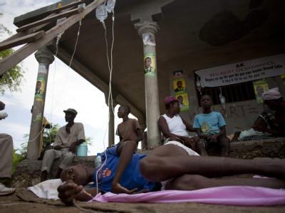 In Drouin nördlich der Hauptstadt Port au Prince werden Kranke mit INfusionen versorgt. Inzwischen sind mehr als 200 Menschen gestorben.
