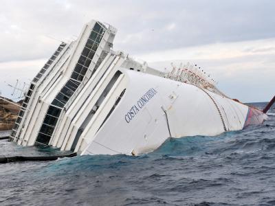 Das Abpumpen des gefährlichen Schweröls der «Costa Concordia» geht weiter. Die Frage aber, wie stabil das Wrack liegt, bleibt weiterhin offen. Foto: Luca Zennaro