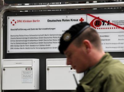 Ein Polizist geht in das Bürogebäude des St. Gertrauden-Krankenhauses in Berlin: Zum zweiten Mal in diesem Jahr haben Staatsanwälte und die Polizei in Berlin Gesundheitseinrichtungen durchsucht.