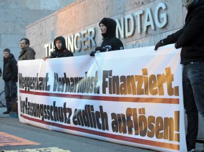 Demonstranten fordern vor dem Thüringer Landtag in Erfurt die Auflösung des Landesamtes für Verfassungsschutz. Foto: Martin Schutt